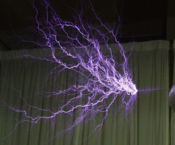 722px-Tesla-coil-discharge